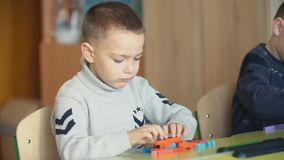 Pojkar monterar märkes- lager videofilmer