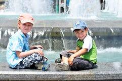pojkar near waterworksen Arkivfoton