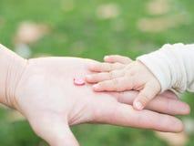 Pojkar och faderhänder Arkivbild