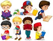 Pojkar och flickaläseböcker Arkivfoton
