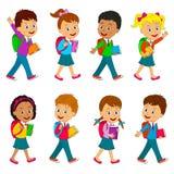 Pojkar och flickan går till skolan Arkivbilder