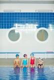 Pojkar och flickor på simningövning fotografering för bildbyråer