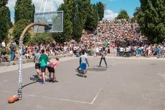 Pojkar och flickor som spelar basket parkerar in, Mauerpark bredvid CR royaltyfri foto