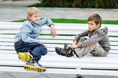 Pojkar på bänken royaltyfria foton