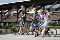 Pojkar på cyklar Fotografering för Bildbyråer
