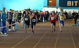 pojkar race relaykörning Fotografering för Bildbyråer