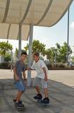 pojkar skateboarding två Fotografering för Bildbyråer