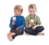pojkar som äter rolig isglass två Royaltyfri Bild
