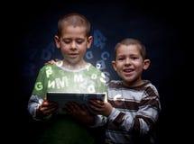 Pojkar som använder minnestavlan Royaltyfri Bild