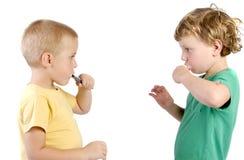 Pojkar som borstar hans tänder arkivbild
