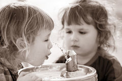 pojkar som dricker springbrunn två Arkivbild