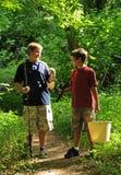 pojkar som fiskar att gå Arkivbilder