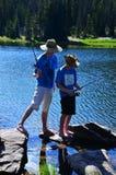 pojkar som fiskar tonårs- två Arkivbild