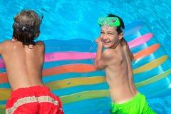 pojkar som flottörhus vatten arkivfoto