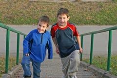 pojkar som klättrar trappa royaltyfria bilder