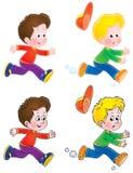 pojkar som leker den running etiketten Arkivbilder