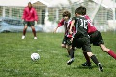 pojkar som leker fotboll