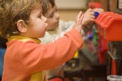 pojkar som leker hjälpmedel Royaltyfri Foto
