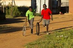 pojkar som leker hjulet Royaltyfria Bilder
