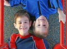 pojkar som leker två Arkivfoton
