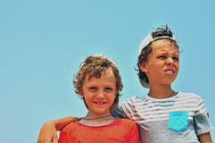 pojkar som ler två Arkivbilder