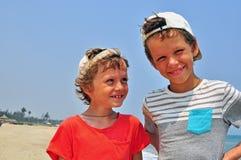 pojkar som ler två Arkivfoton