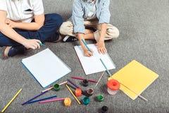pojkar som little tillsammans tecknar royaltyfria bilder