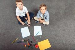 pojkar som little tillsammans tecknar royaltyfri bild