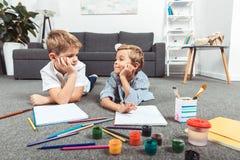 pojkar som little tillsammans tecknar royaltyfri foto