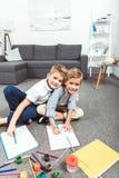 pojkar som little tillsammans tecknar arkivfoto