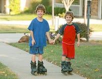 pojkar som rollerblading Fotografering för Bildbyråer
