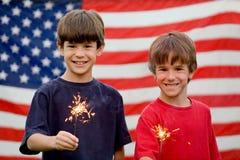 pojkar som rymmer sparklers Royaltyfri Fotografi