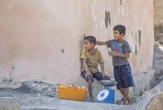 Pojkar som seeling granatäpplen i den Wakan byn royaltyfri foto