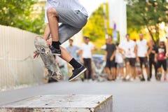Pojkar som skateboarding på gatan stads- livstid Royaltyfri Bild