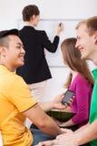 Pojkar som skrattar på kursen arkivbild
