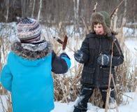 pojkar som slåss vinter för sedge två fotografering för bildbyråer