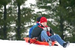 pojkar som sledding Arkivfoton