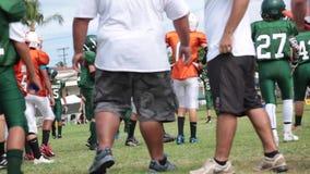Pojkar som spelar amarican fotboll lager videofilmer