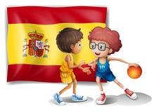 Pojkar som spelar basket med flaggan av Spanien Royaltyfri Bild