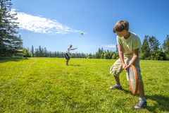 Pojkar som spelar en tennis Royaltyfri Fotografi