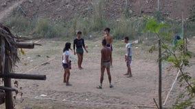 Pojkar som spelar fotboll i Myanmar arkivfilmer