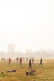 Pojkar som spelar fotboll, Kolkata, Indien arkivbild