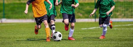 Pojkar som spelar fotbollleken Horisontalsportfotbollbakgrund Royaltyfri Bild