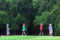 Pojkar som spelar golf arkivbilder