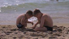 Pojkar som spelar med spinnare En populär leksak för spänningsavlösning stock video