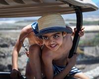 Pojkar som spelar på en golfbarnvagn på en strandsemesterort fotografering för bildbyråer