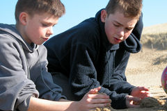 Pojkar som spelar på stranden Royaltyfri Bild