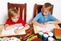 pojkar som tecknar den återgång skolan royaltyfri bild