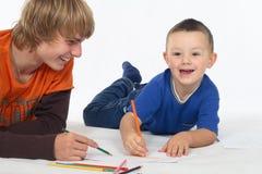 pojkar som tecknar två arkivbild