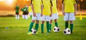 Pojkar som utbildar fotboll Barn som spelar fotboll i en stadion Arkivbilder